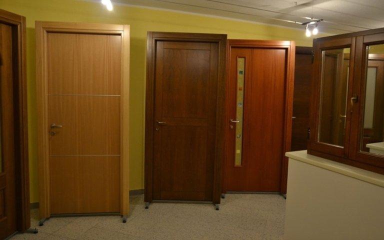 porta con inserto vetro colorato