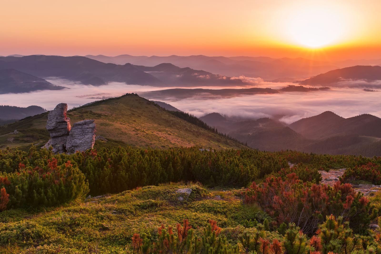 Montagne e sole al tramonto sullo sfondo