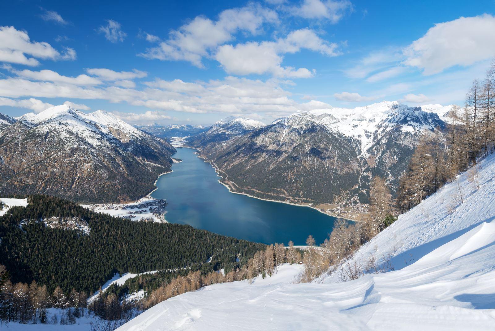 Lago e montagne con neve
