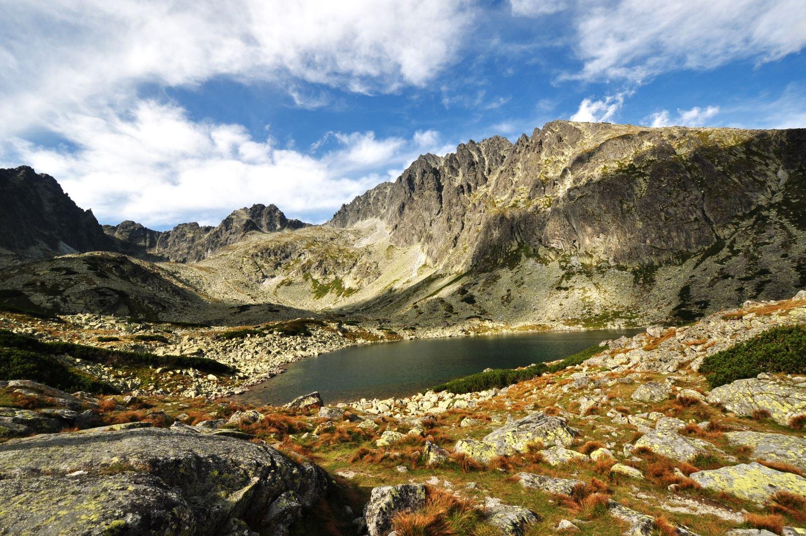 Montagne attorno a un laghetto