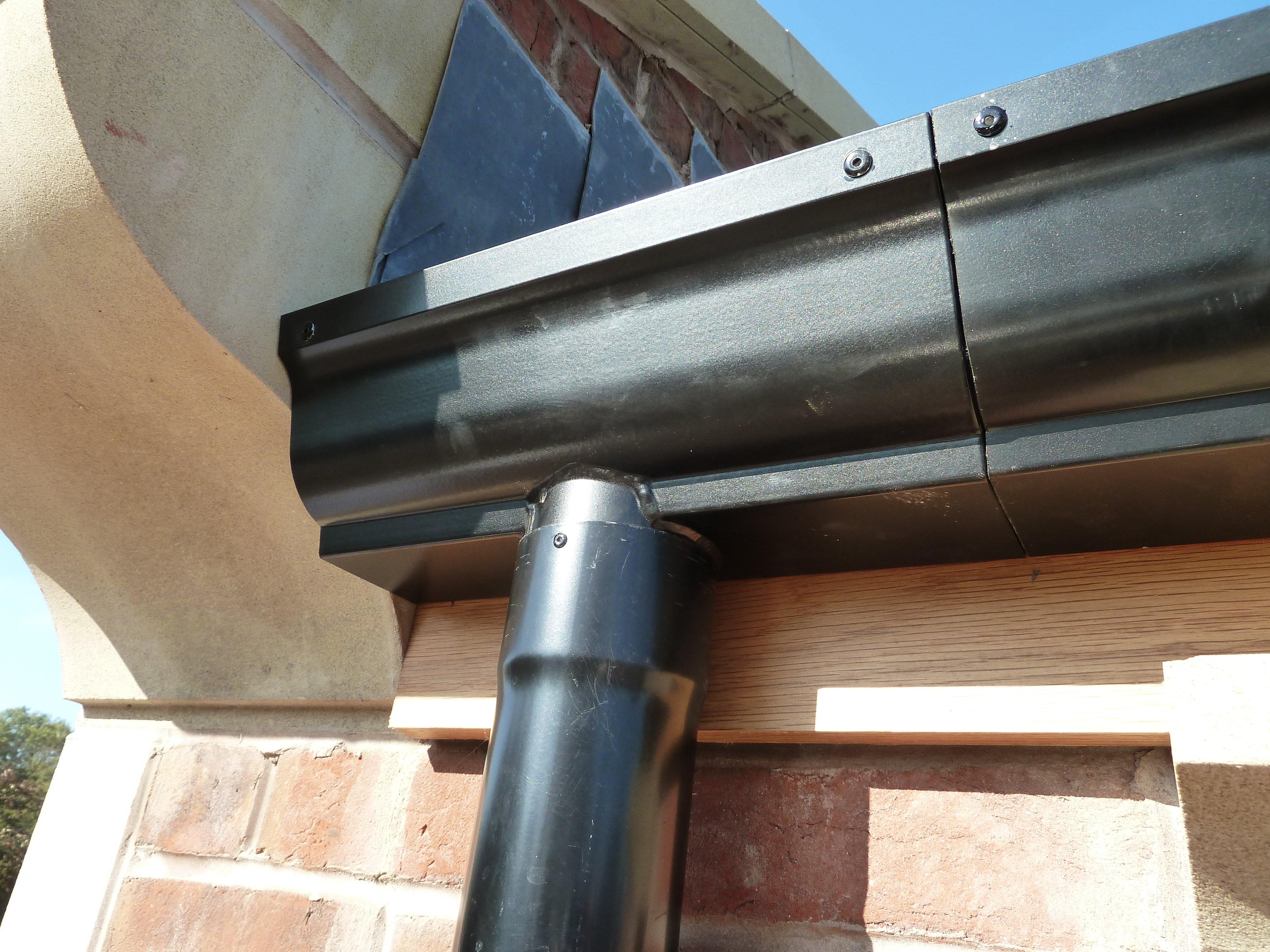 Sectional aluminium guttering