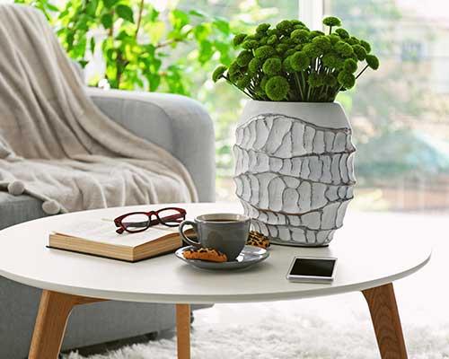Un libro,occhiali,un cellulare, un vaso di fiori