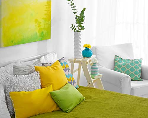 Camera da letto verde e gialla, quadro giallo,poltrona grigia