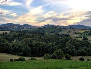 paesaggio collinare con cielo sereno