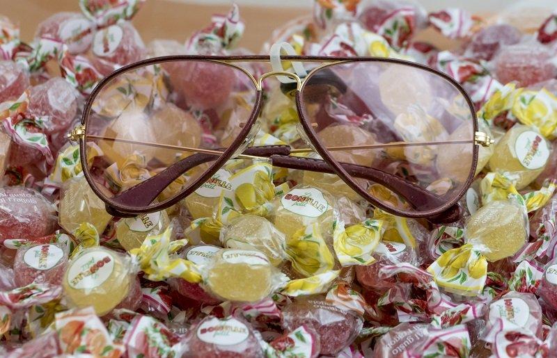 Occhiali da sole poggiati su delle caramelle