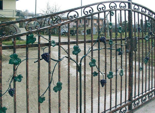 un cancello in ferro battuto con disegni di una vite con grappoli d'uva