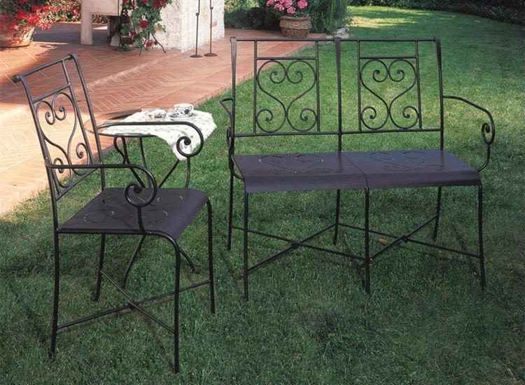 una sedia e una panchina  in ferro battuto
