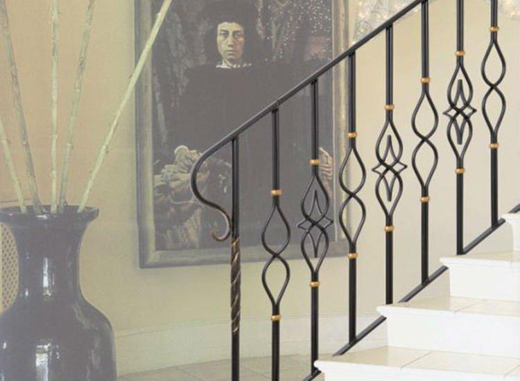 delle scale con corrimano in ferro battuto