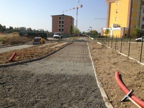 dei lavori di asfaltatazione su un marciapiede