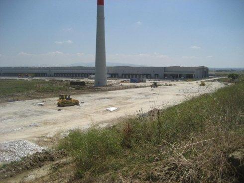 una torre è in lontananza delle industrie