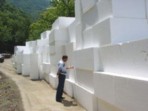 un uomo che controlla dei blocchi di marmo bianco