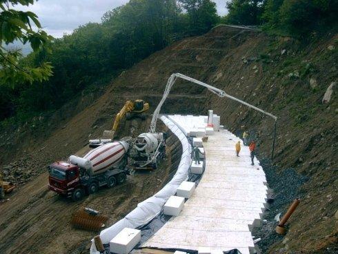 delle betoniere e una strada in fase di costruzione