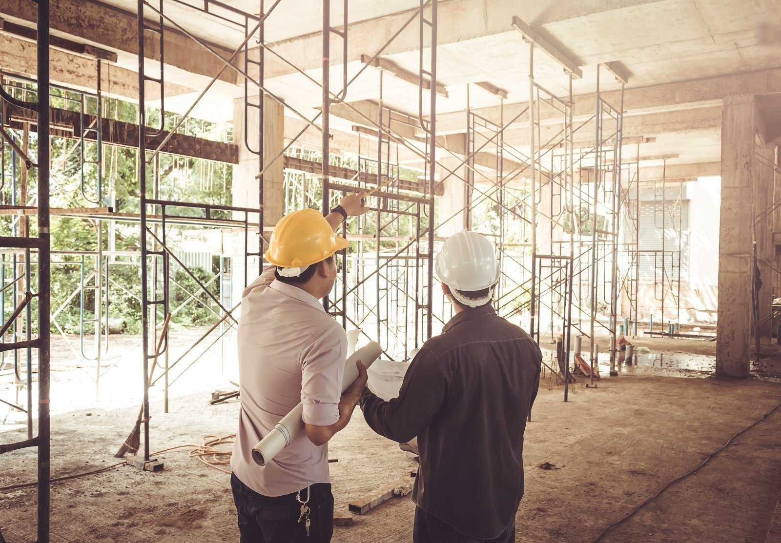 due uomini che lavorono nella costruzione
