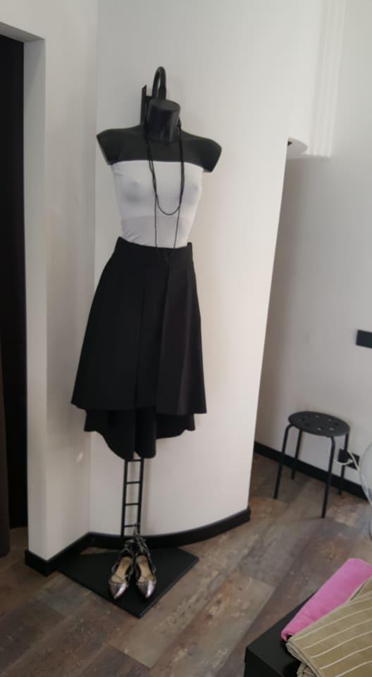 vestito corto da donna su un manichino