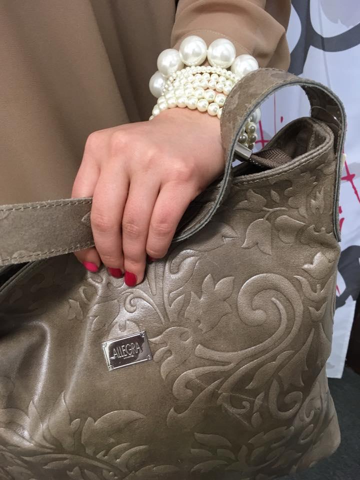 donna con borsa a marchio ALLEGRA