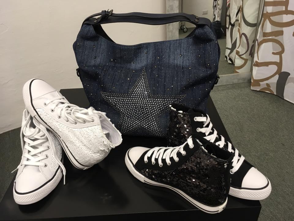 Scarpe casual e borsa nera da donna