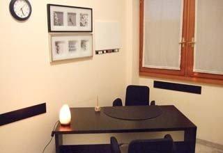 cabina di dottore con tavolo e sedie