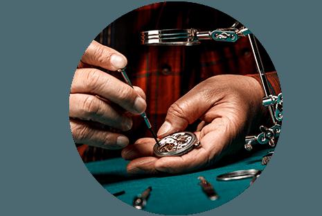 Artigiano ripara un orologio nel laboratorio di Prina Gioielli srl a Canzo