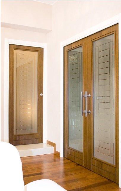 stanza con porte in legno