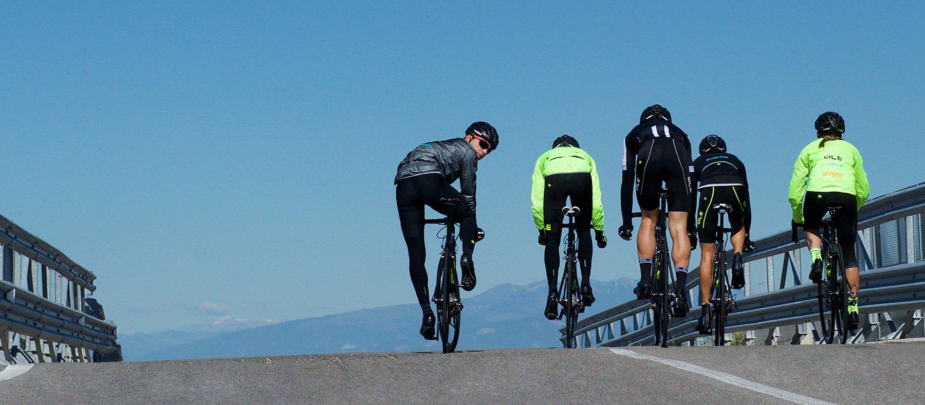 gruppo di ciclisti su strada