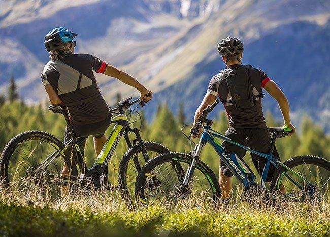 due ciclisti su bici da trekking