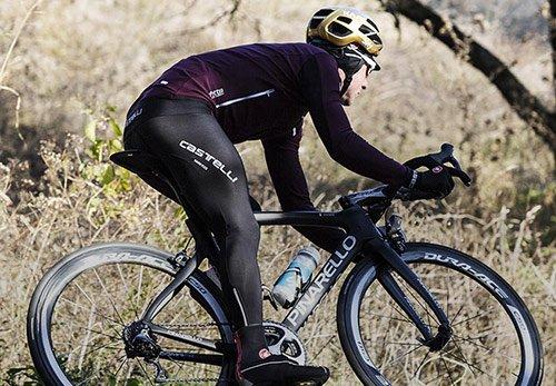 ciclista in abbigliamento tecnico