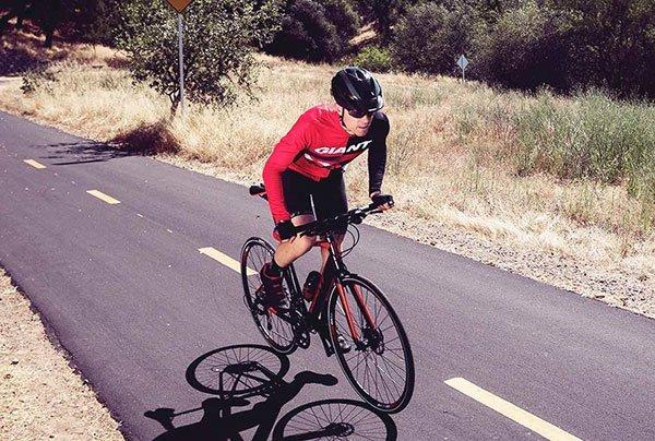 ciclista su bici da strada