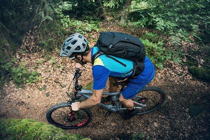 ciclista su bici da trekking