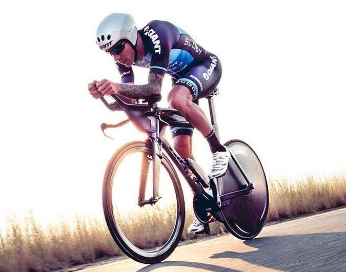 atleta triathlon su bici