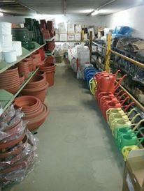 Interno del negozio, scaffali con vasi di varie dimensioni in plastica, annaffiatoi in vari colori-Ferramenta mioni-Casaleone