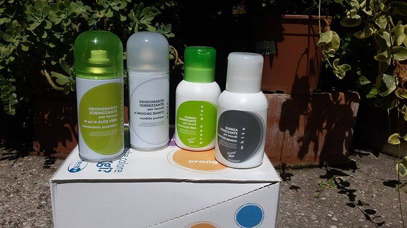 Esposizione di deodoranti a bombola spray e bottiglie appoggiate su un cartone-Ferramenta mioni-Casaleone