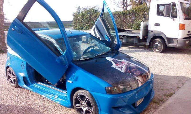 auto blu con portiere aperte