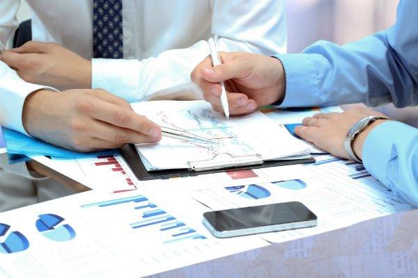 consulenti fiscali analizzano un documento