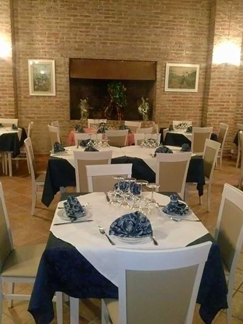 salone di un ristorante con tavoli apparecchiati