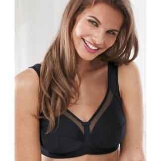 modella sorride con reggiseno nero