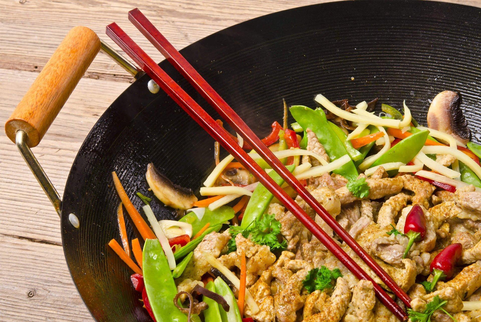 carne e verdure salate servite in un piatto nero