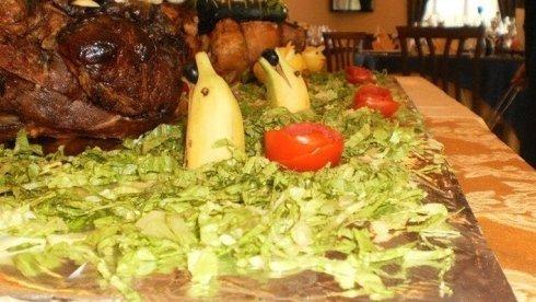 La trattoria Da Antonia propone una ricca offerta gastronomica, ricca di portate di carne.