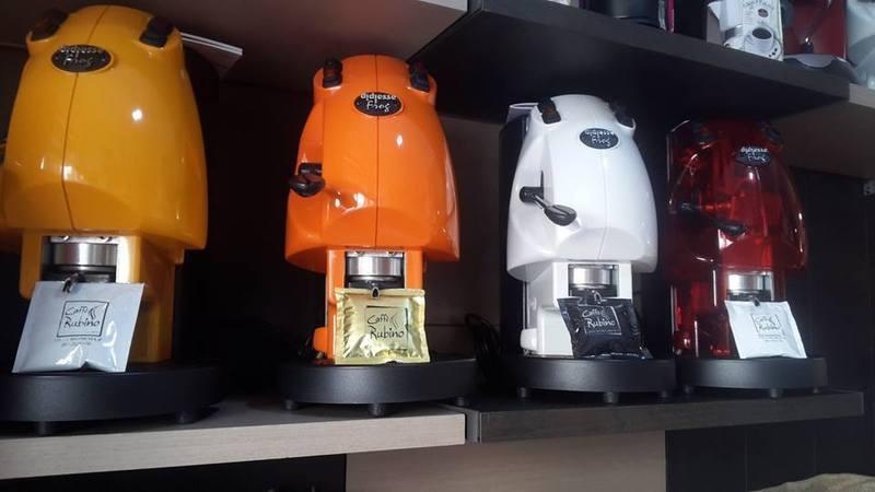 delle macchinette del caffè di colori diversi