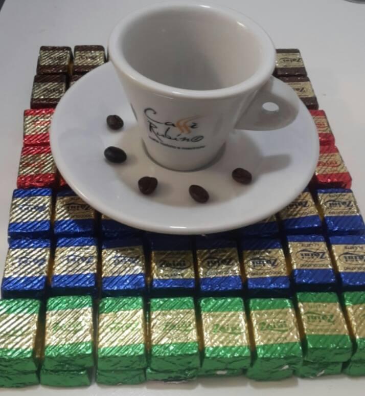 una tazza e dei chicchi di caffè' sul piattino