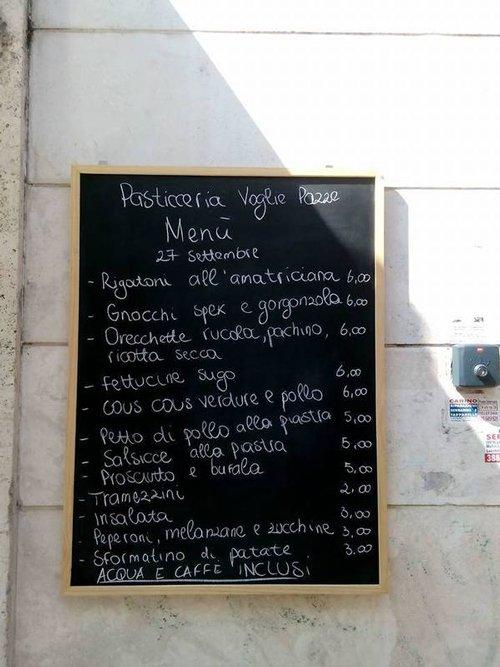 lavagnetta con menu della pasticceria Voglie Pazze