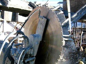 un grosso disco da taglio di un macchinario