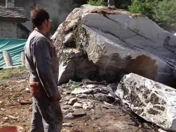 un uomo in piedi vicino a delle rocce