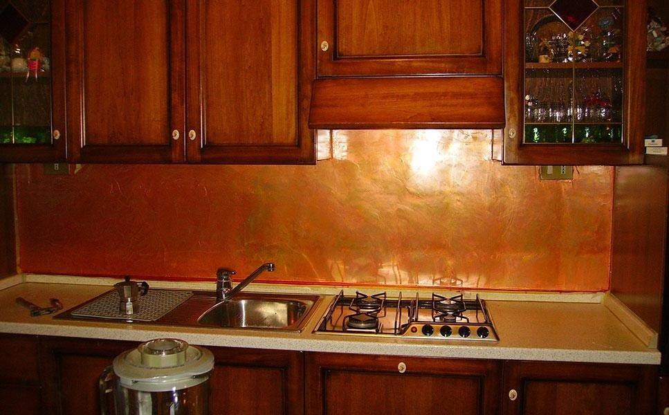 resina applicata alla parete della cucina