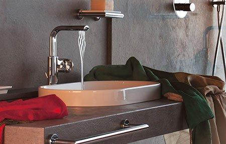 un lavabo con un rubinetto da cui scorre dell'acqua