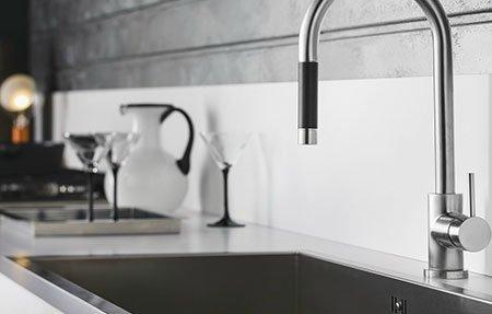 un rubinetto in acciaio