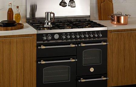 un forno in una cucina con mobili in legno