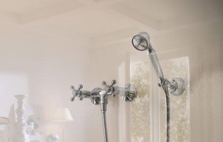 una vasca da bagno piena d'acqua con vista del rubinetto