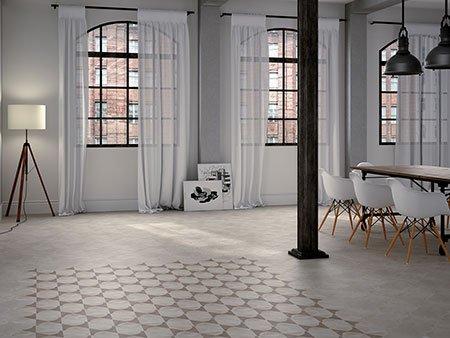 delle piastrelle grigie e vista di una porta finestra con vista dell'esterno con degli sdraio