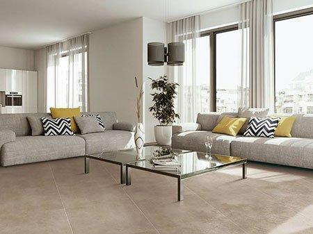 un salotto con due divani grigi e al centro un tavolino in vetro