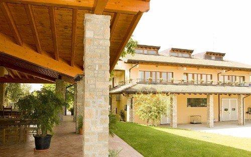 una veranda con colonne in pietra